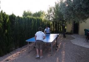 Mesa de ping-pong en el patio de la casa rural