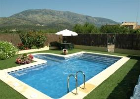 Zona de piscina con césped