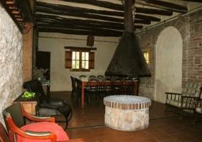 Salón de piedra con chimenea de piedra