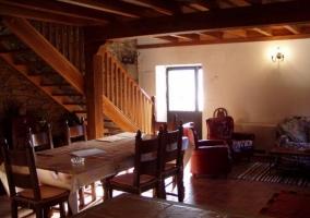 Sala de estar y comedor en el mismo espacio iluminado