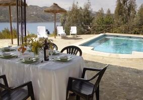 Exerior con mesas y piscina