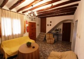 Sala de estar con chimenea y distinto mobiliario