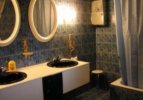 Baño con bañera y dos lavabos