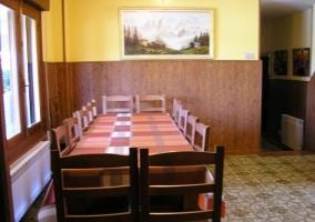 Comedor con mesa amplia