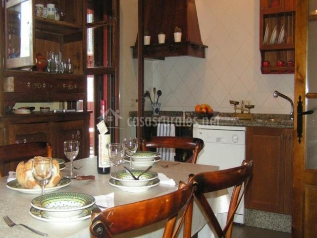 Comedor y cocina con la madera como protagonista