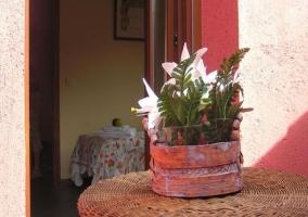 Mesa de mimbre con adorno floral