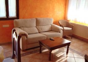 Salón con sofá y mesa
