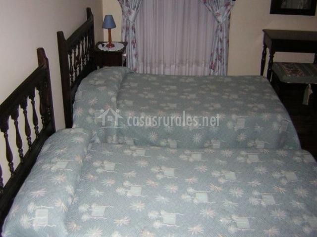 Dormitorio doble con colchas en un azul claro