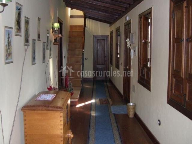 Entrada con pasillo y alfombra alargada