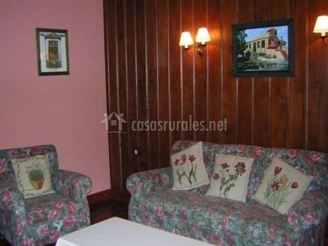 Sala de estar con sillones de flores