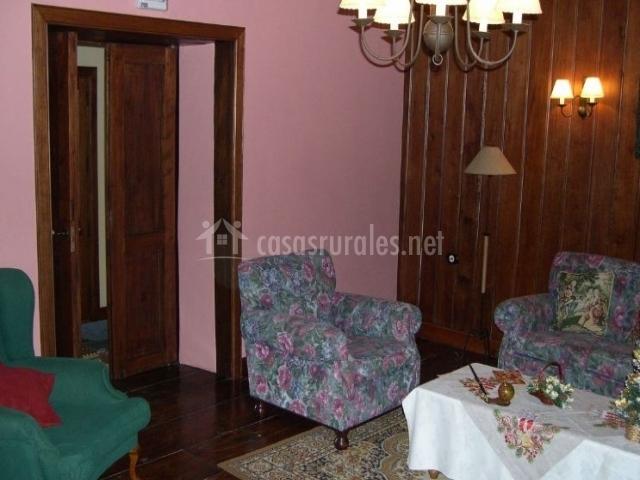 Sala de estar con sus paredes en madera