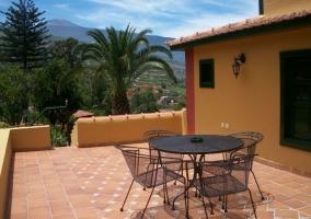 Acceso con terraza y muebles de forja