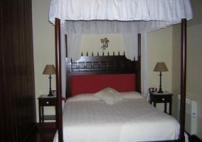 Dormitorio de matrimonio con estructura de dosel
