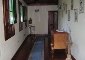 Entrada con pasillo y alfombra