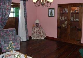 Sala de estar con suelos y muebles de madera