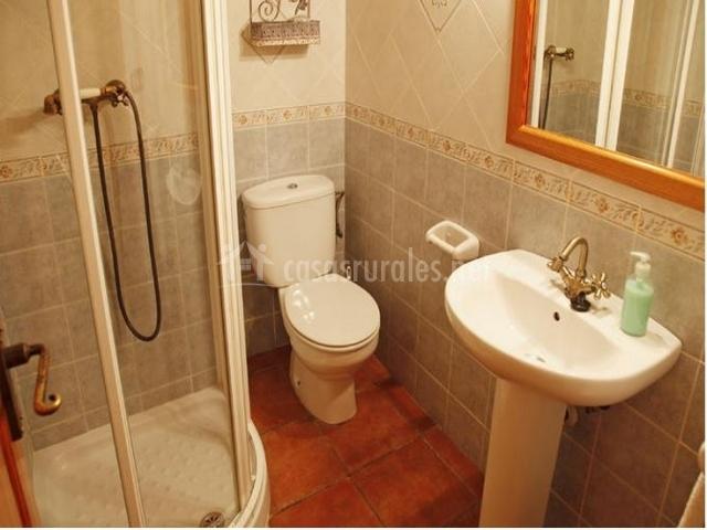 Casa rural rosa casas rurales en cabanes castell n for Cuartos de bano con plato de ducha