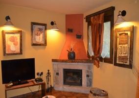 Salón con chimenea y televisión de plasma