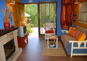 Salón con chimenea y acceso al porche