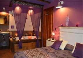 Dormitorio con jacuzzi y cortina