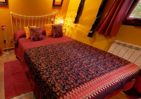 Cama de matrimonio con jacuzzi integrado en el dormitorio