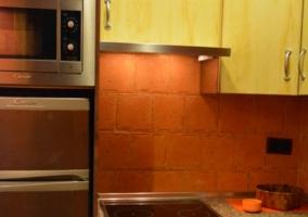 Cocina completa en tonos naranjas