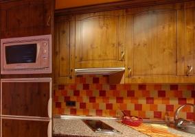 Cocina de madera con electrodomésticos