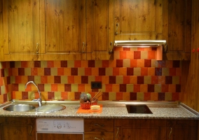 Cocina de madera con muebles de madera