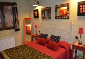 Dormitorio con colores rojos y espejos