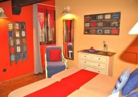 Dormitorio con dos camas individuales en tonos rojos