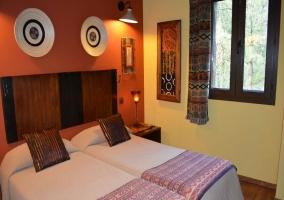 Dormitorio con dos camas individuales y pared naranja