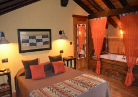 Dormitorio de matrimonio con jacuzzi incorporado