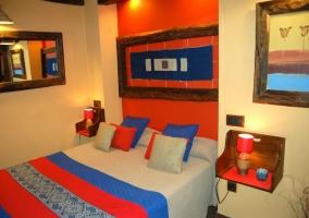 Dormitorio principal rojo y azul