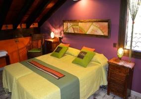 Dos camas individuales con paredes moradas
