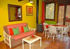 Mobiliario con paredes amarillas y terraza