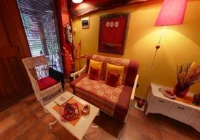 Mobiliario en el salón de madera y paredes amarillas