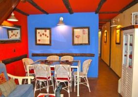Salón comedor con paredes rojas y azules