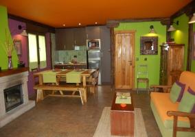 Salón comedor y cocina con chimenea