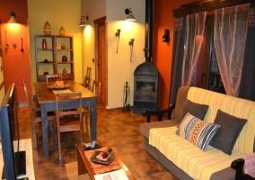 Salón con distinto mobiliario y una estufa