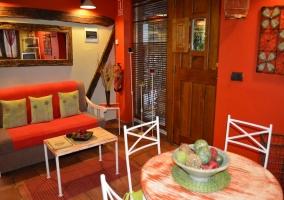 Salón rojo con puerta de madera
