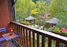 Terraza con mobiliario azul y barandillas de madera