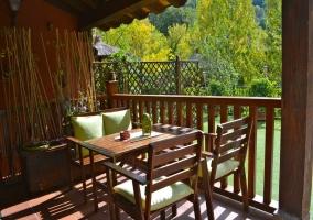 Terraza con mobiliario de madera