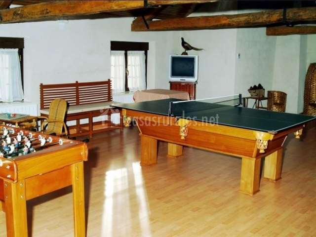 Futbolín y ping pong de madera de casa rural