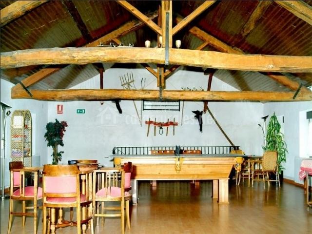 Sala de juegos revestida de madera de casa rural
