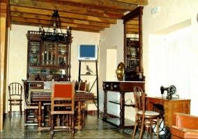 Salón con muebles medievales de casa rural