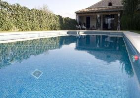 Vista de la piscina y zona de porche al fondo