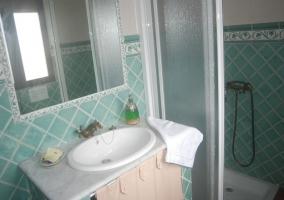 banera y lavabo de azulejos blancos y azul