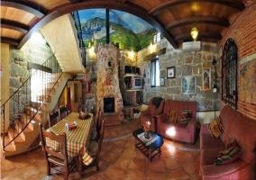 Salón comedor con muros de piedra natural