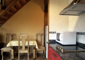 Sala principal con televisor y cocina abierta
