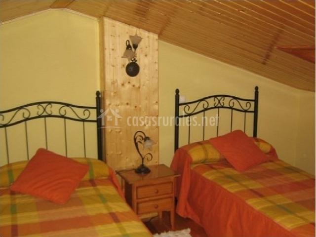 Otra vista de la habitación con dos camas individuales