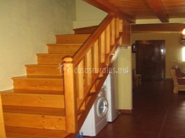 Escalera que sube a la segunda planta de madera